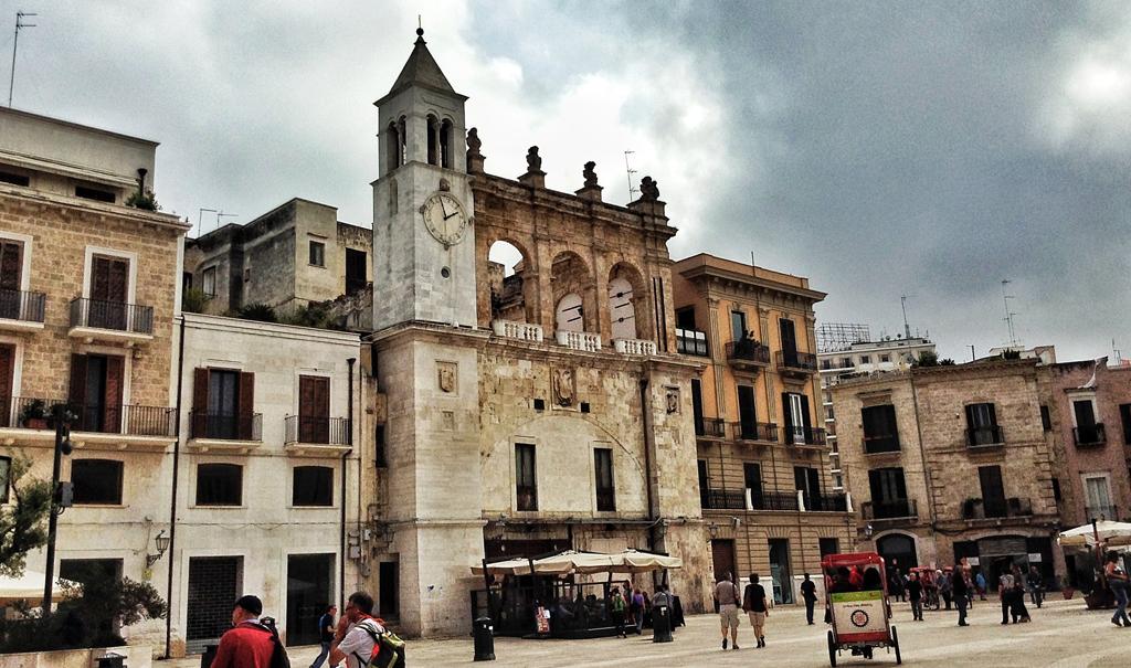 Piazza Mercantile, punto di accesso privilegiato alla città vecchia.