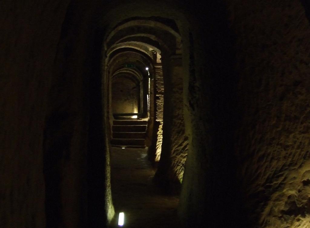 La suggestiva illuminazione dei cuniculi delle grotte del Cantinone.