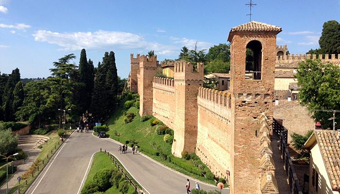 Le mura di Gradara sono perfettamente conservate e sono lunghe oltre 800 mt.