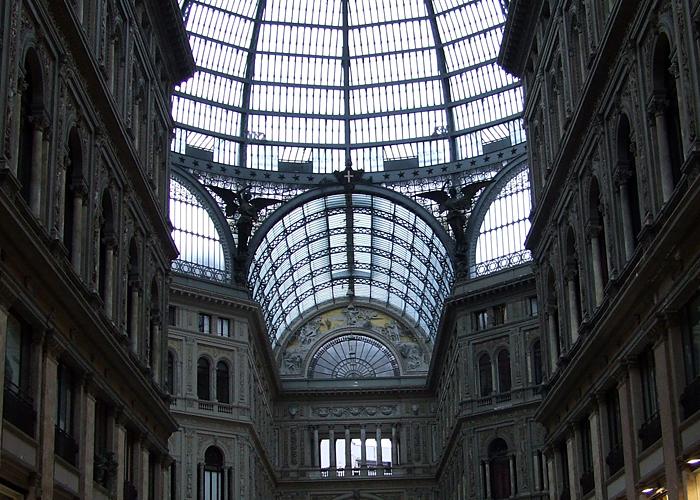 La maestosa galleria Umberto Primo che si affaccia sul teatro San carlo.