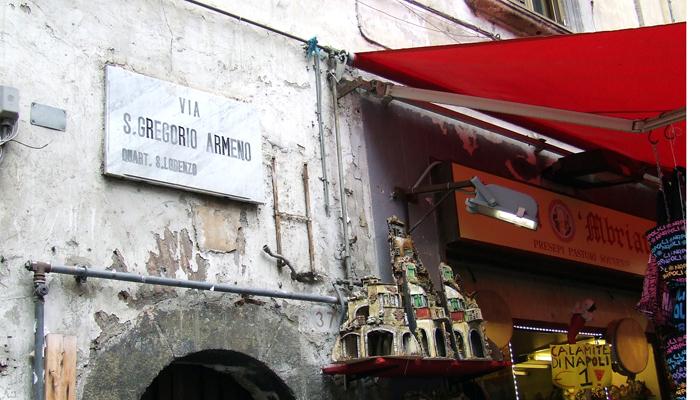 San Gregorio Armeno, la via che collega Spaccanapoli a via dei Tribunali, il cuore dell'artigianalità dei presepi.