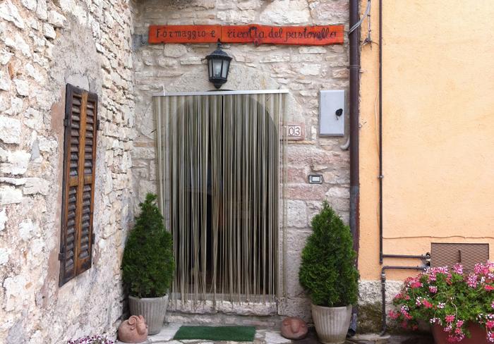 L'ingresso del punto vendita Il Pastorello di Cupi.