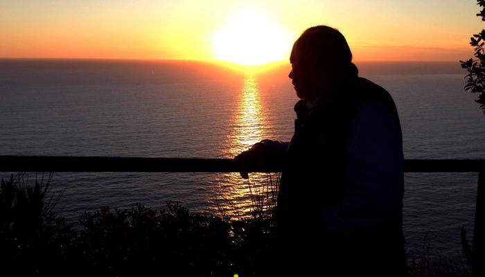 Renzo soddisfatto ammira il tramnonto dopo averci accompagnato con il trenino in uno dei punto panoramici più suggestivi delle Cinque Terre.