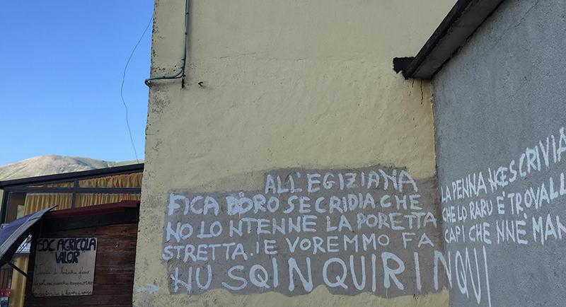 Castelluccio il paese dove si scrive sui muri i viaggi di racconti di marche - Scritte sui muri di casa ...