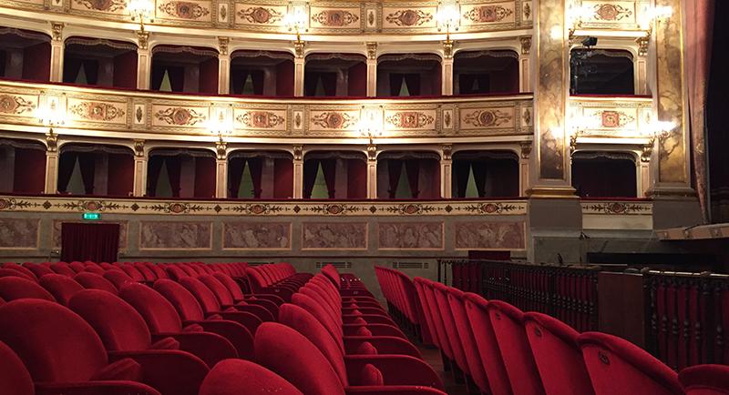 Il teatro dell 39 aquila di fermo raccontato con gli scatti for Poltrone teatro