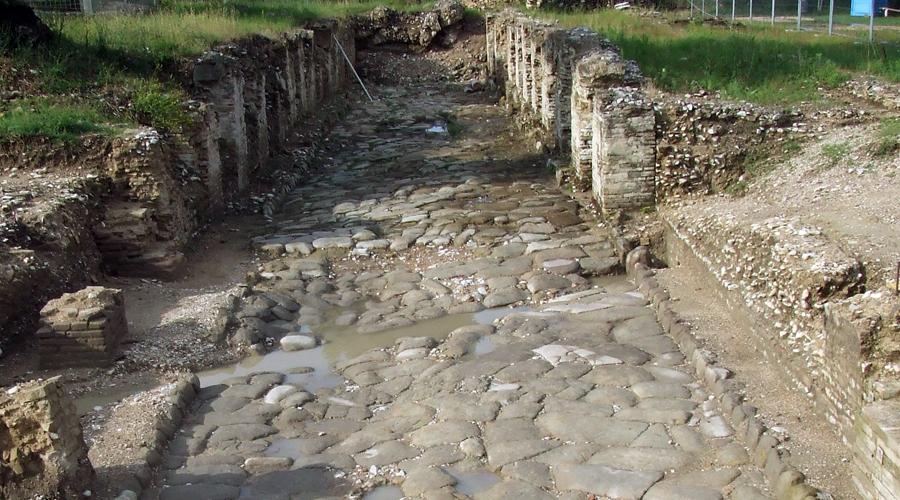 Un ampio tratto della vecchia strada romana è perfettamente visibile.