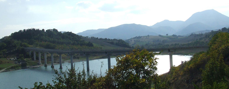 La diga artificiale a Castreccioni di Cingoli.