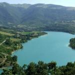 Il lago blu tra i monti azzurri
