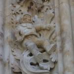 L'omaggio a Juri Gagarin scolpito sul portone di ingresso laterale della cattedrale.