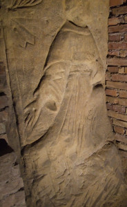 Dettaglio del bassorilievo raffIgurante San Franscesco.