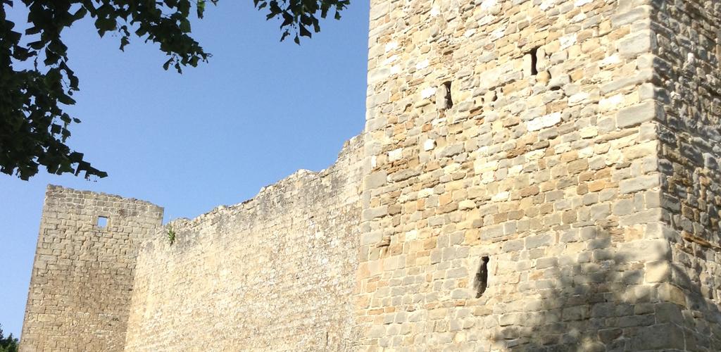 Le mura castellane di Montemonaco. Rimangono visibili due torrioni.
