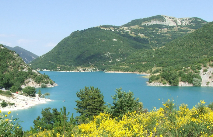 Il blu intenso e la pulizia delle sua acqua, balneabili, sono la caratteristica principlale di questo lago ai piedi del Sibillini.