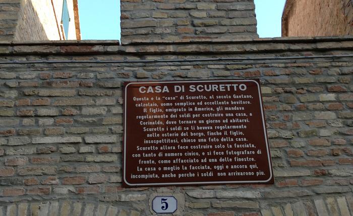 Una bella targa sulla facciata racconta con ironia la storia di Scuretto.