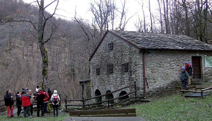 Il mulino può ospitare fino a 10 persone. E' dotato di cucina e stufe pe ril riscaldamento invernale.