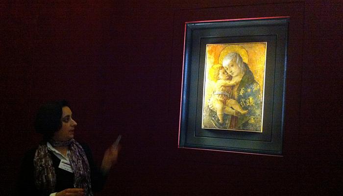 La madonna con il bambino del Crivelli mentre Michela, una delle ottime guide del Museo, la illustra.