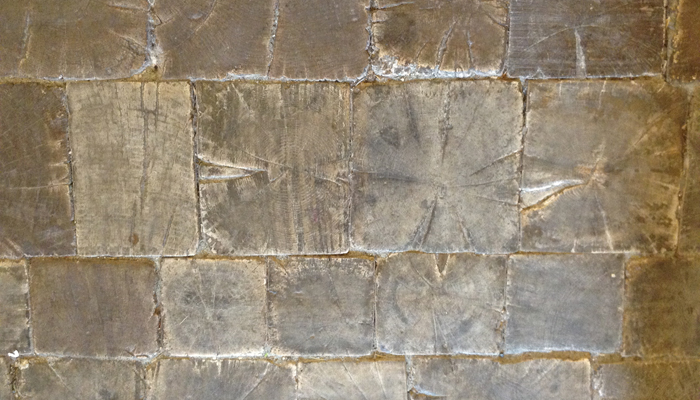 Il pavimento in legno che caratterizza l'ingresso del palazzo.