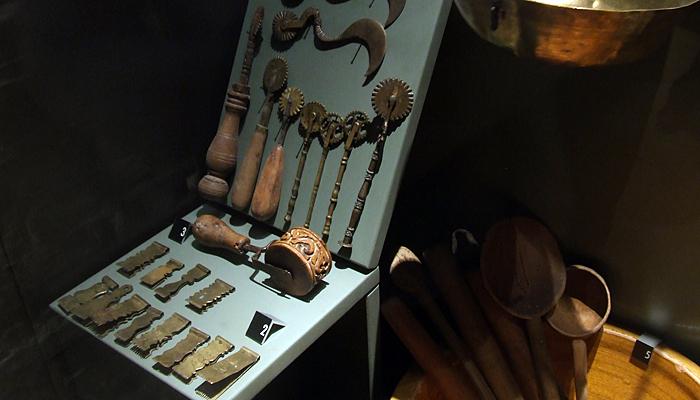 I numerosi utensili che le monache utilizzavano per la produzione dei biscotti.
