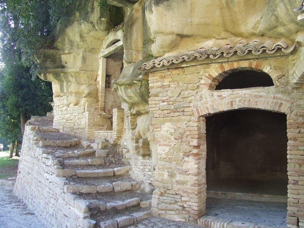 Le grotte scavate nella roccia utilizzate dai frati sin dal XI secolo.