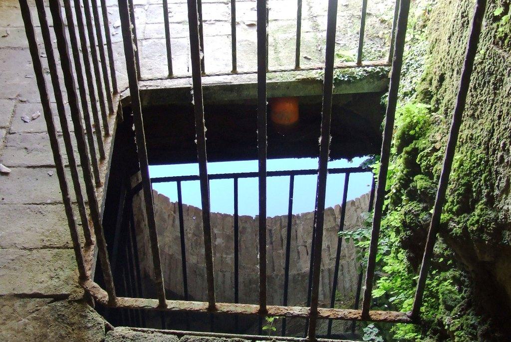 Il pozzo all'interno del cortile dell'Eremo.