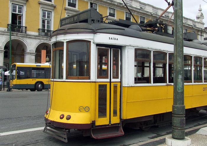 Il leggendario tram n.28 che conduce al quartiere di Alfama