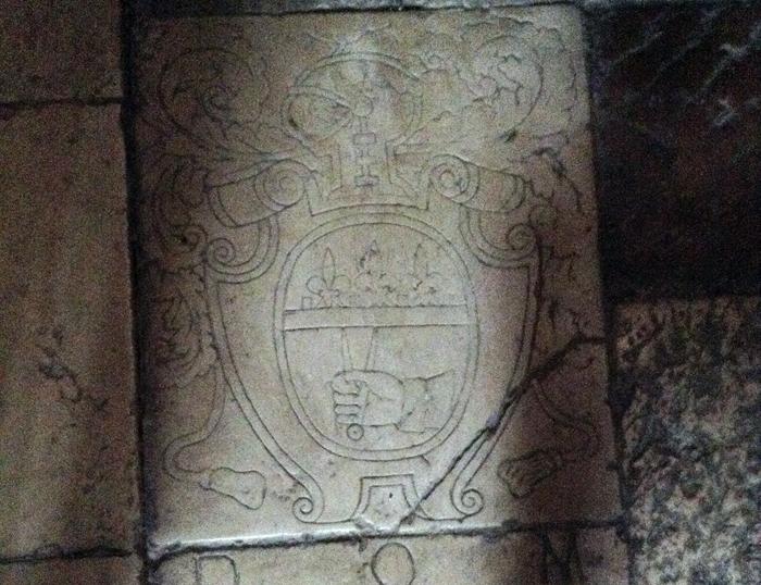 """Il segno """"massonico"""" inciso sul pavimento."""