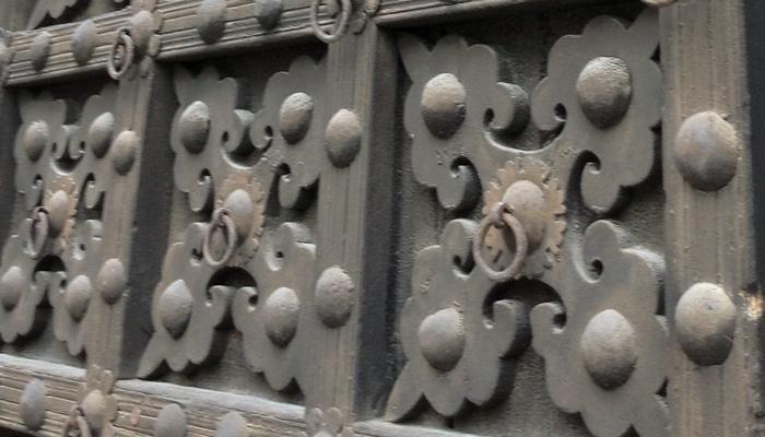 Dettaglio della porta in legno originale.