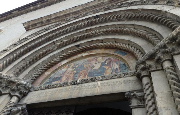 La lunetta del portale con l'annunciazione a Paolo da Visso.