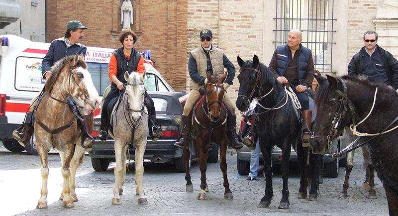 Cavalli pronti a ricevere la Benedizione a Filottrano (foto di qualche anno fa)