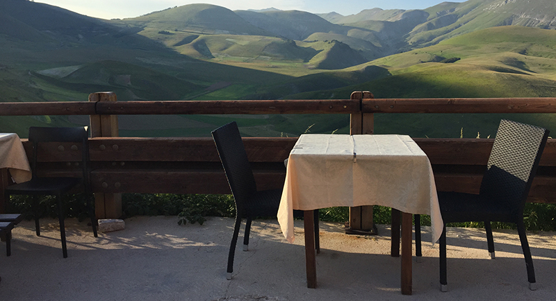 castelluccio. tavolo con vista